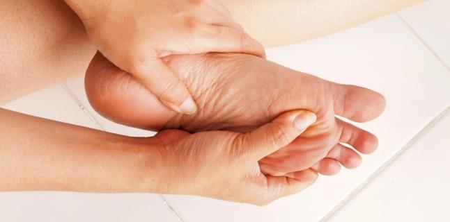 durere și furnicături în articulațiile mâinilor)