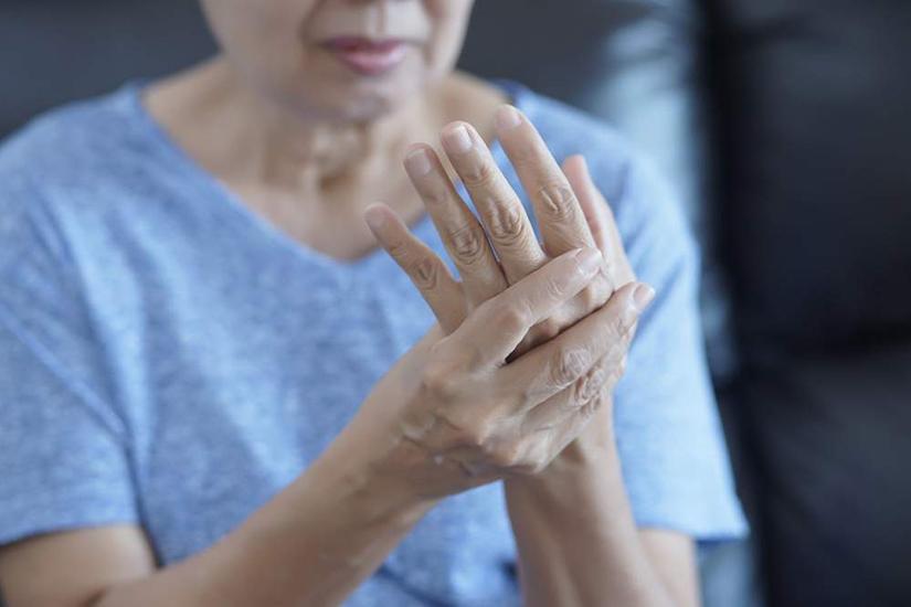 mână cu artrită reumatoidă cu lornet