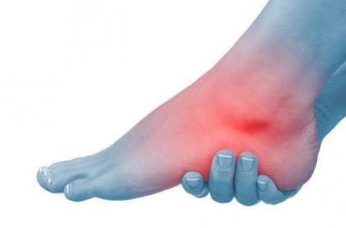articulația piciorului umflată și dureroasă