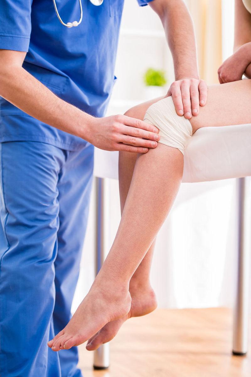 umflarea bruscă a genunchiului