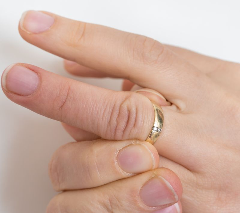 articulațiile degetelor de pe mâini se umflă)