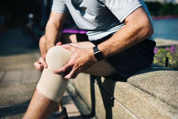 care specialist tratează durerile de genunchi