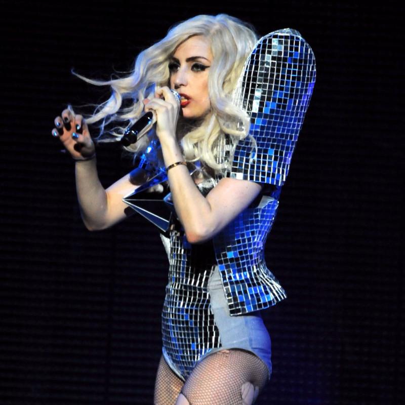 boala articulației doamnei Gaga