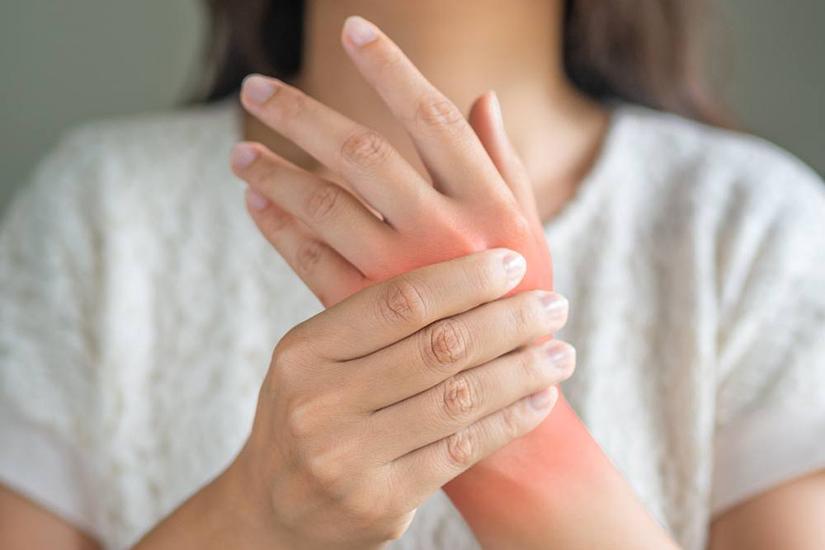 durere și roșeață a articulațiilor degetelor)