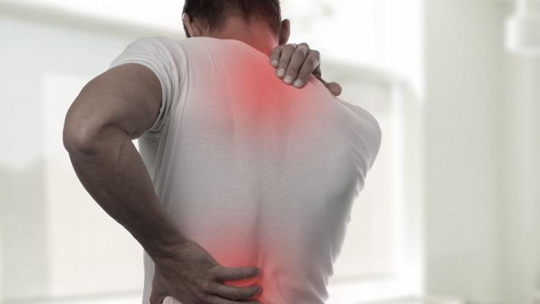 un bărbat doare o articulație de umăr