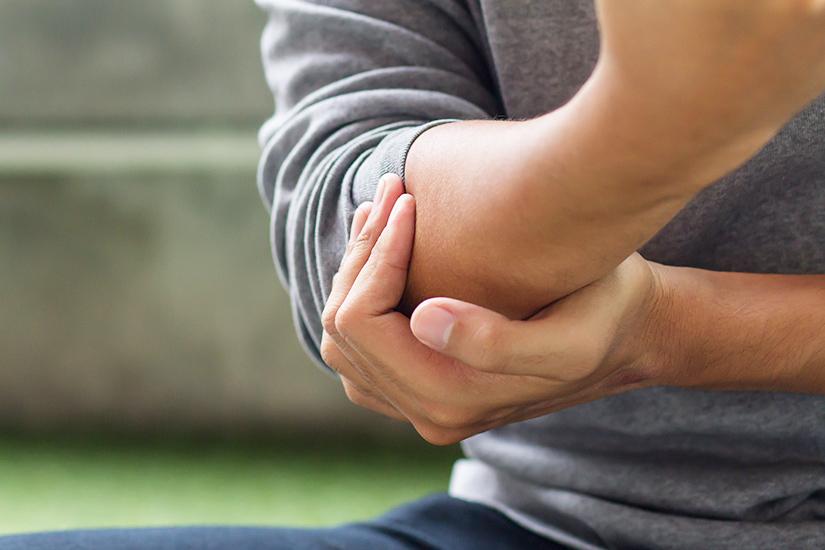 femeia tratează articulațiile în care bolile bolii bolnave afectează articulațiile